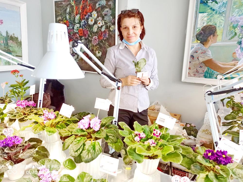 Наталья Величко с выставкой фиалок